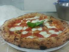 pizza con bufala d.o.p e piennolo del vesuvio