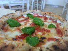 pizza con piennolo del vesuvio e bufala campanad.o.p e con cornicione ripieno di ricotta e salame